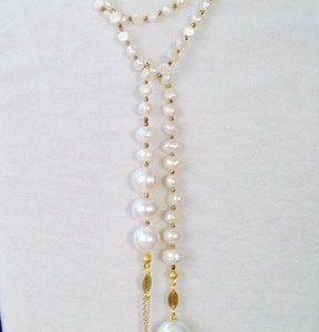 Collana lunga a sciarpetta in perle di fiume ed ematite con pendente in agata verde,  perle e argento. In vendita  online su www.baylux.eu