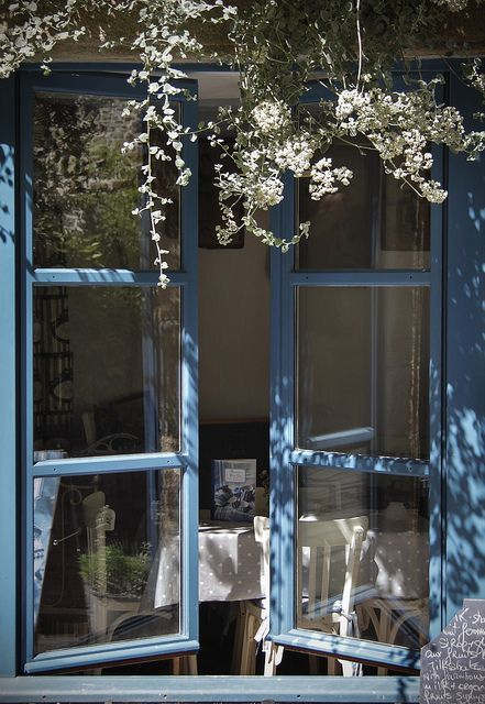 windows.quenalbertini: Blue window, white flowers | coquita