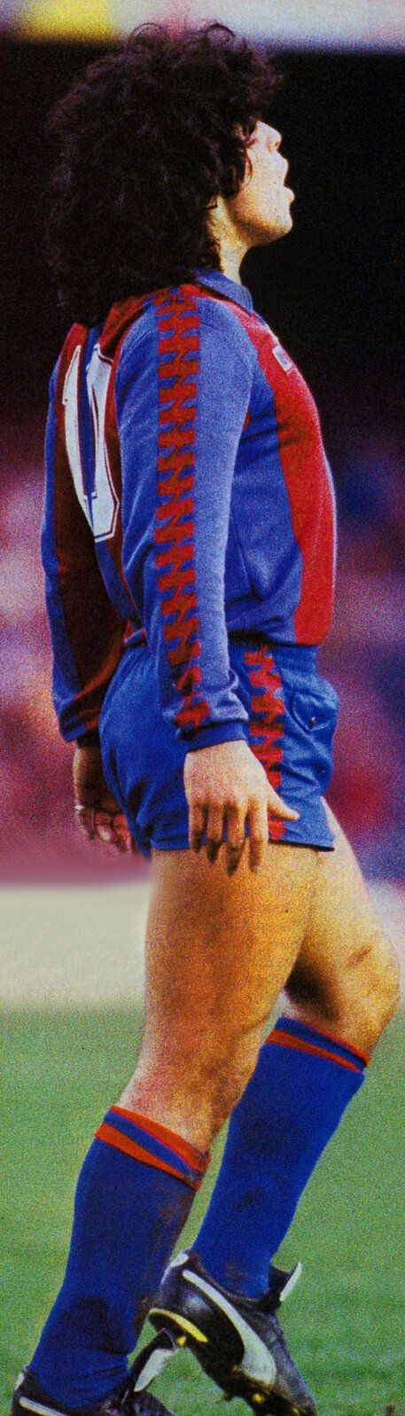 Diego Armando Maradona, blaugrana. Foto enviada por Joan Fontes, en Twitter @Joan_Fontes. Diego supervisa si un remate suyo tiene destino de gol... que lo tuvo. Rebeldía, genialidad, astucia... muchas cosas en esta imagen del 'barçargentino' que se erigió en el mejor jugador de la historia hasta la consagración de Lionel Messi.