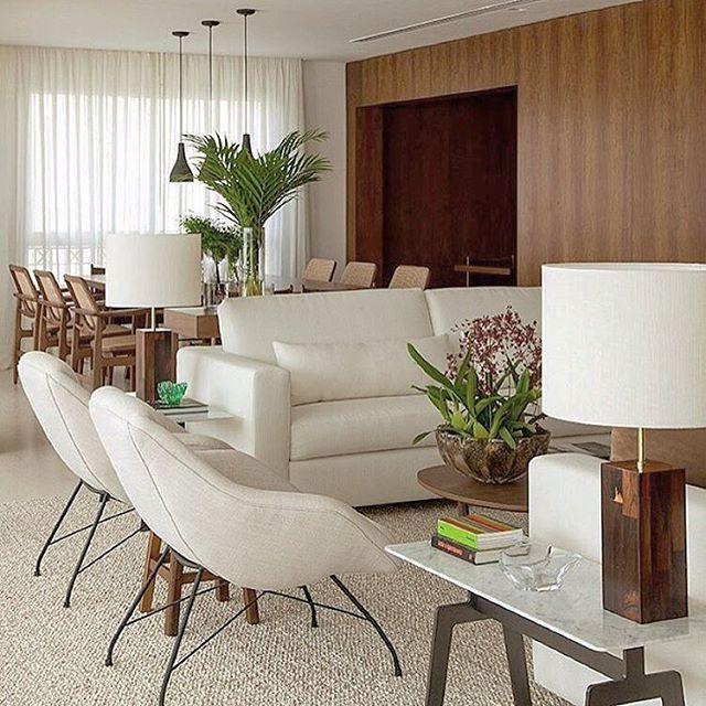 SALA ESTAR. Madeira aquece espaços integrados, garantindo elegância em composição atemporal de nuances suaves by @dadocastellobrancoarquitetura