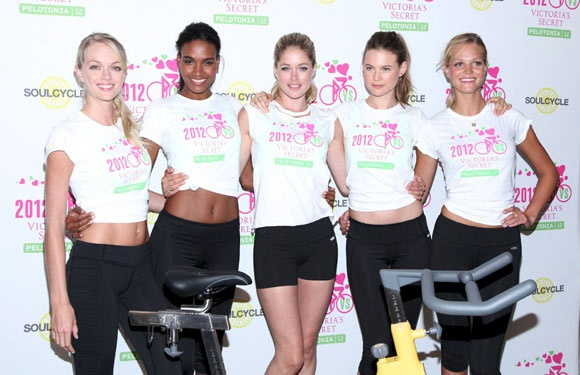 Piden que Victoria's Secret diseñe sostenes para sobrevivientes del cáncer de mamas.