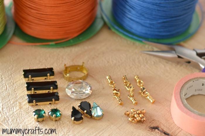 Materiales para hacer pulseras de hilo y piedras