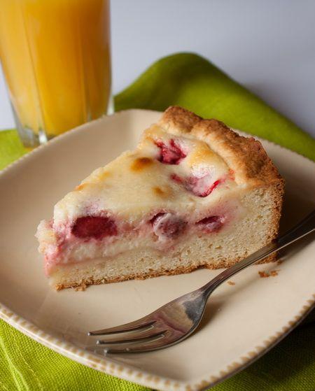 Киш с клубникой. Очень вкусный быстрый пирог, готовлю его с замороженной вишней. Домашним очень нравится.