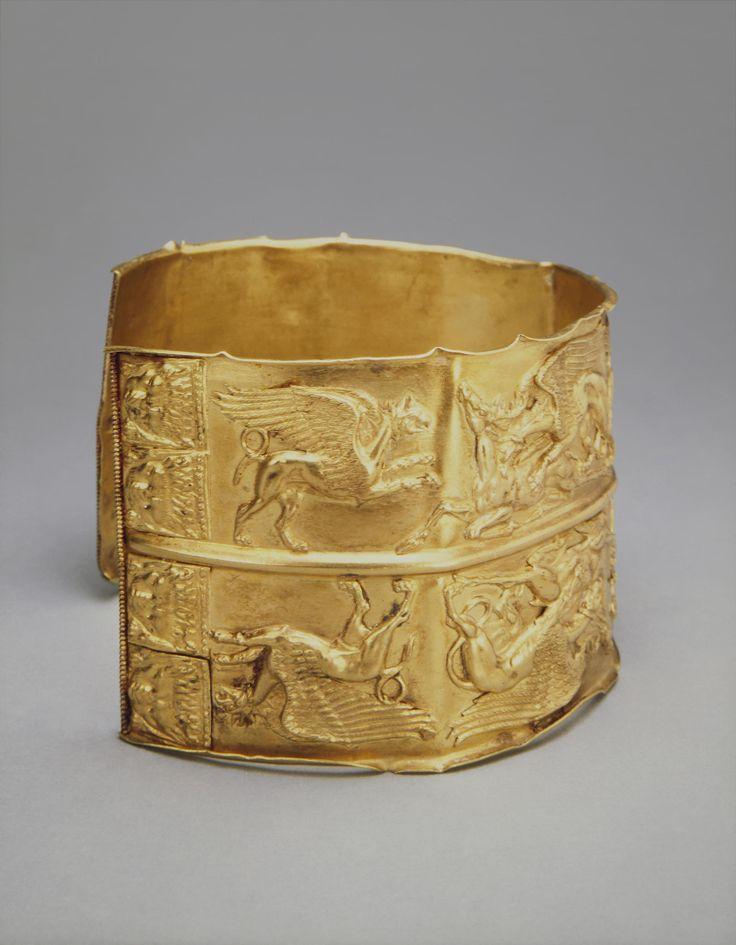 Браслет с изображениями оленей и грифонов Время создания: 400-350 гг. до н.э…