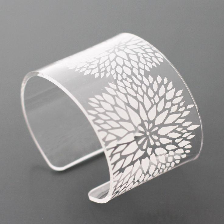 Náramek DANDELION bílý Náramek s jemně broušeným květinovým motivem je vyroben z akrylátového skla. Náramek je eliptického tvaru, aby lépe seděl na ruku. Otvor pro nasazení náramku má velikost 2 cm, tloušťka materiálu náramku je 2 mm a výška náramku je 4,5 cm. Výrobek je ručně zpracováván a mohou na něm být patrné stopy ruční práce v podobě drobných ...