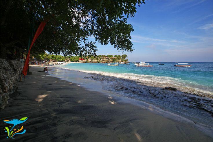 Bagian Mushroom Bay yang mendapatkan keteduhan pohon-pohon rindang. Cocok buat yang pengen menikmati suasana pantai tapi nggak mau panas2an.