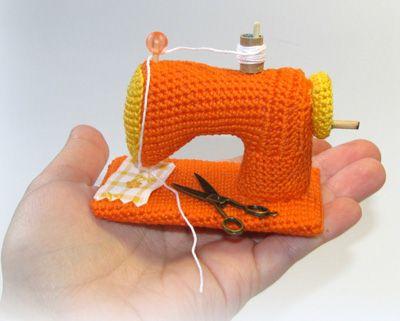 Spiegazioni in italiano per fare un amigurumi macchina da cucire. Sono tanti e alcuni davvero bellissimi i lavoretti stile amigurumi che si possono realizzare con lana e uncinetto. Im...