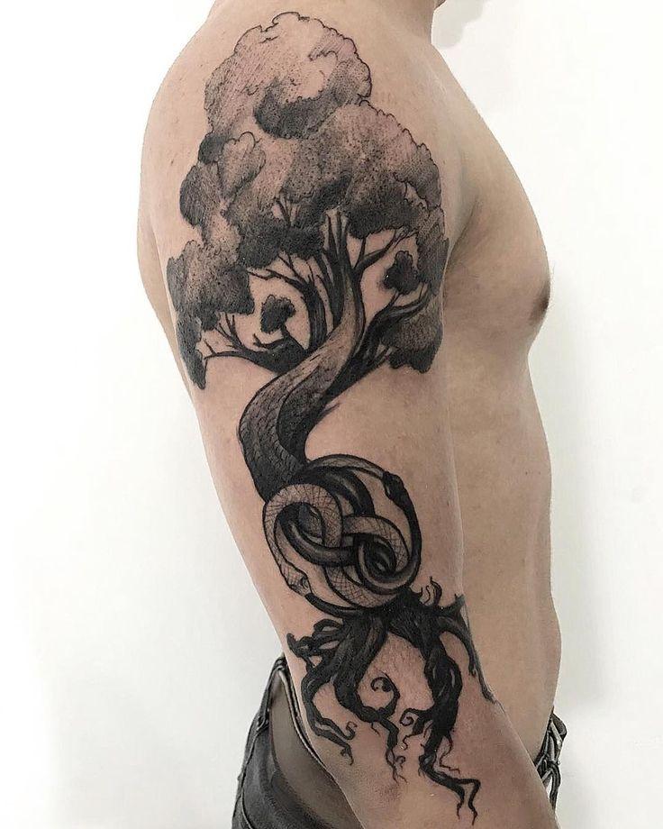 Tatuagem feita por Rodrigo Muinhos de Fortaleza.    Árvore em blackwork no braço.