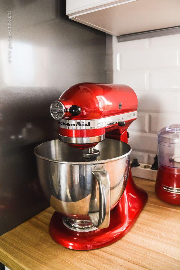Czerwony mikser KitchenAid w białej kuchni / Red KitchenAid Mixer in White Kitchen