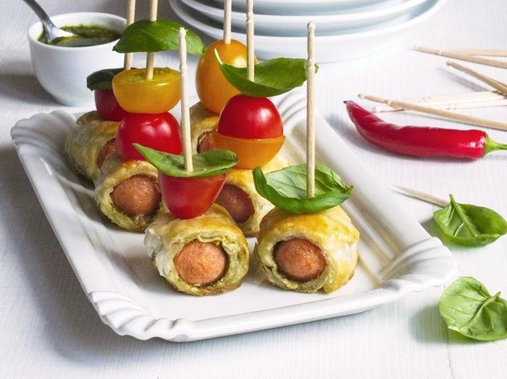 Talíř s párečkovými jednohubkami je rychlovka, která se na stole dlouho neohřeje. Jedná se o listové těsto, do kterého jsou zabalené kvalitní vepřové párky bez střívek, namočené předtím v loužičce bazalkového pesta.