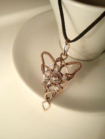 Fotogaléria šperkov, drôtený, tepaný a patinovaný medený šperk, drôtikovaný prívesok s minerálom, šperky s kameňom, víli šperk, Pán prsteňon, prívesok z Pána prsteňov, Arwen.