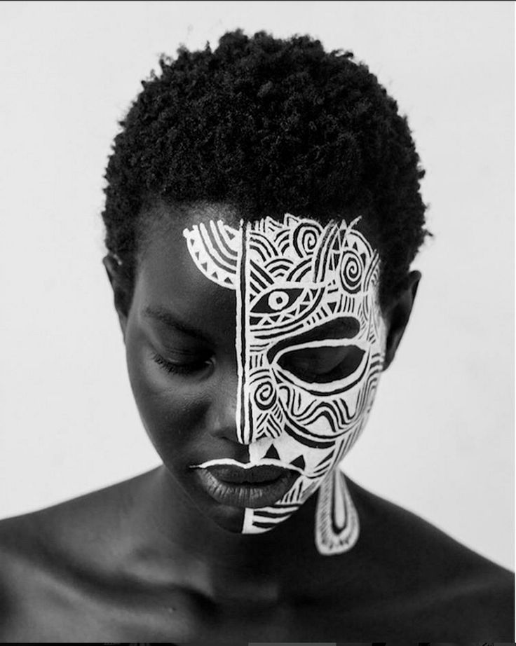 Check Out Nigerian Artist, Laolu Senbanjo Who Can Draw On Anything