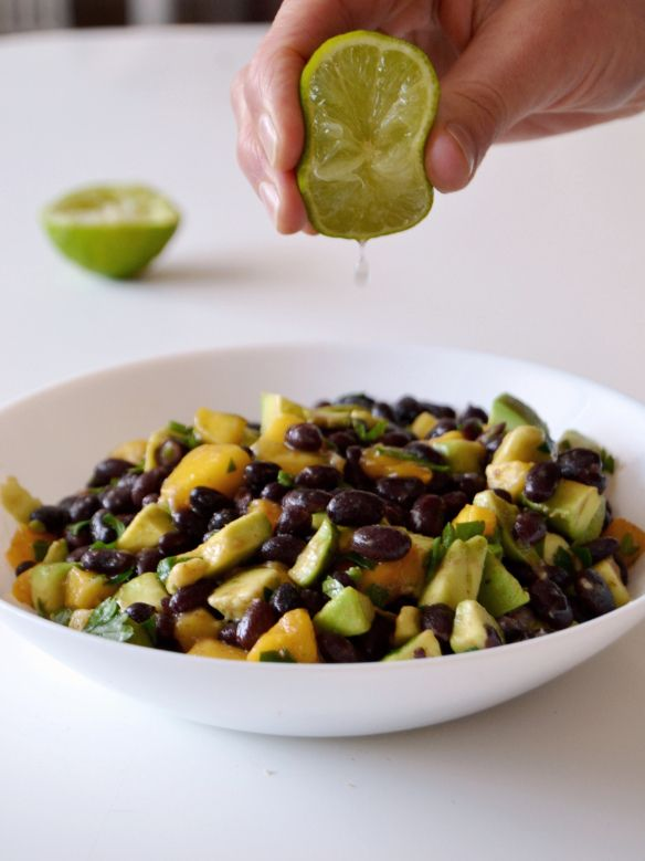 Salada de feijão preto, manga e abacate // Black bean mango avocado salad |