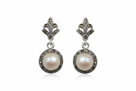 Cercei deosebiti din argint cu marcasite si perle de cultura. Se potrivesc de minune la o rochita eleganta sau la o tinuta office. http://www.lafemmecoquette.ro/cercei-rotunzi-din-argint-cu-perle-si-marcasite/