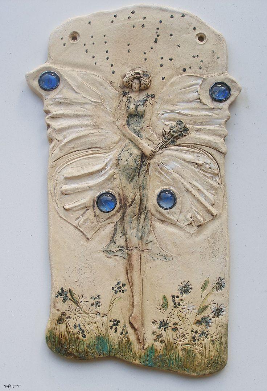 zimní výlet .. na objednávku motýl .. symbol proměny, transformace, života v harmonii, rovnováze tento kachel je prodaný, lze vytvořit na objednávku nový .. autorský kachel s reliéfem motýlice .. čirá skla s kresbou modré květiny vložena tiffany technikou . Do zahrady, niky, domovního prostoru .. zavěsit lze na šroubky, nebo mohu přiložit drátek. Podzimní výlet ...