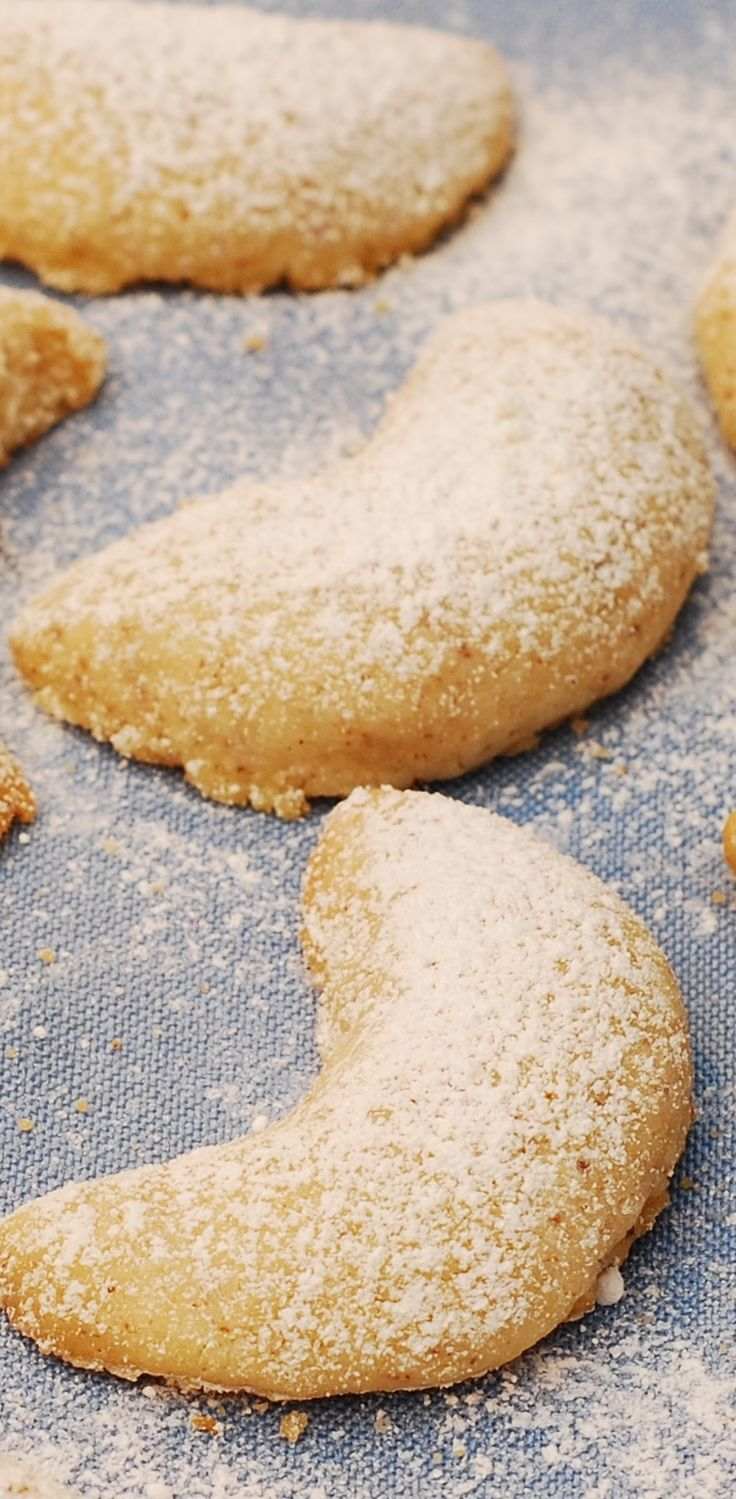 Almond crescent Christmas cookies | Holiday cookies ...