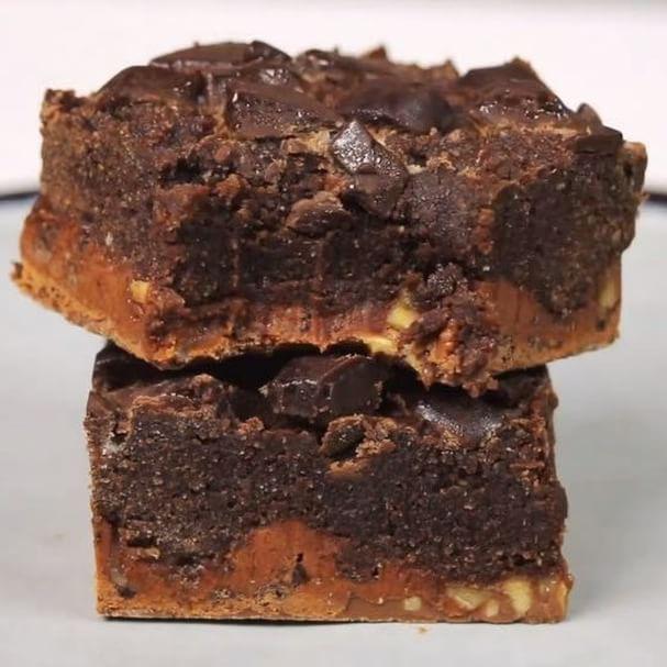 Salty Peanut Brownie Brownies Recept – Dela bars på hälften och lägg i botten av en bakplåtspappersklädd form. Micra 15-20 sek så de mjuknar, ta ut och platta till en rektangel. Ställ åt sidan. Rör ihop mjöl, kakao, salt och vassle. Tillsätt ägg och mjölk och arbeta ihop till en tjock smet. Bre ut smet över botten, toppa med hackad choklad, grädda ca 22 min 165*. låt svalna innan du skär i bitar.