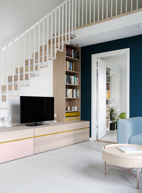 Nyfelt og Strand Interiørarkitekter innredet eneboligen i Tønsberg med duse farger og overflater, en spesialbygd trapp og innredning i hvitoljet eik.