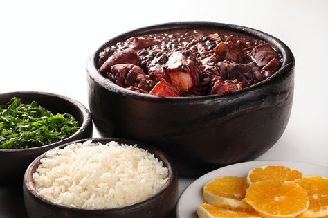Feijoada à Brasileira, temos a receita original de Feijoada à Brasileira. Veja como cozinhar Feijoada à Brasileira de forma fácil e apetitosa!
