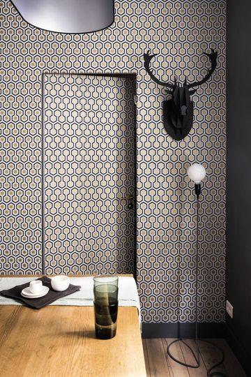 Un papier peint qui fait office de trompe l'œil pour séparer le séjour et la salle de bains.