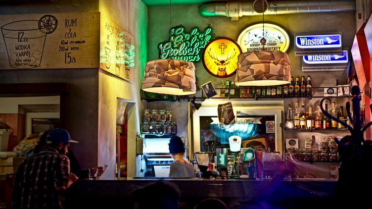 Pozostawiony z dawnego wystroju kamienny blat bar poddano renowacji i uzupełniono o sklejkowe ściany.