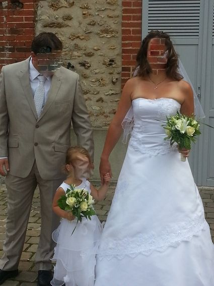 TRES jolie robe de mariée blanche avec petit brillant, portée 3h, lavé au pressing, aucune tache, acheté chez point mariage. Elle se ferme avec une fermeture éclair dans le dos.  Super agréable à porter.  Taille 38-40 (peut être retouchée).  Avec il y a l