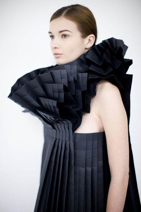 Morana Kranjec est une créatrice Croate qui travaille le tissu et le pli comme personne. Les images se passent de commentaire. Allez vite découvrir son travail sur son site.