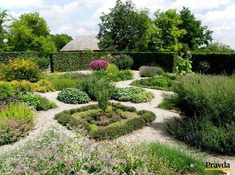 Súčasťou 50-hektárového areálu Schloss Hof je aj bylinková záhrada.