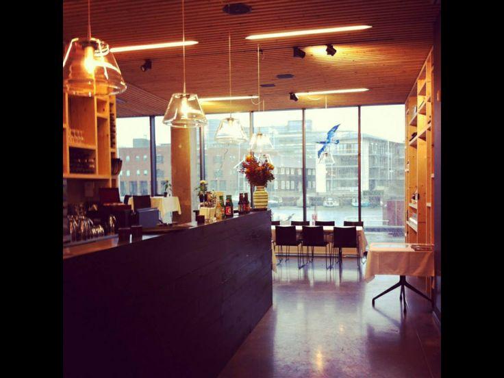 Restaurant Nordatlanten i Det Nordatlantiske Hus på Havnen i Odense.  Übercool, både i den ærlige mad, indretningen og betjeningen.