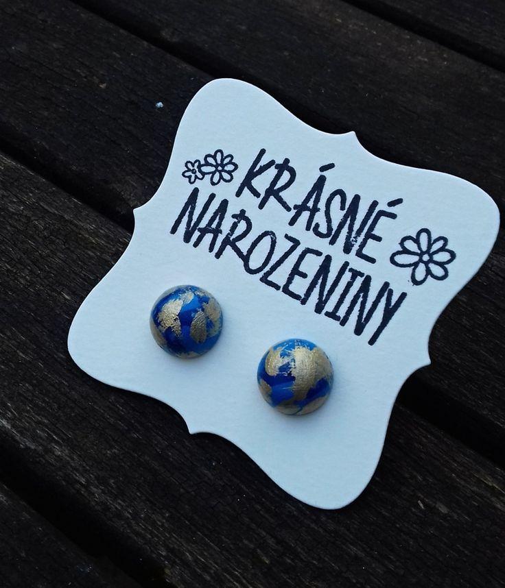 Pecičky+modro-zlaté+Náušnice+jsou+vyrobeny+ze+dřeva,+jsou+natřeny+akrylovou+barvou,+jsou+přelakované,+průměr+náušnice+je+12+mm.+Na+zadní+straně+puzetka,+součástí+jsou+gumové+zarážky.