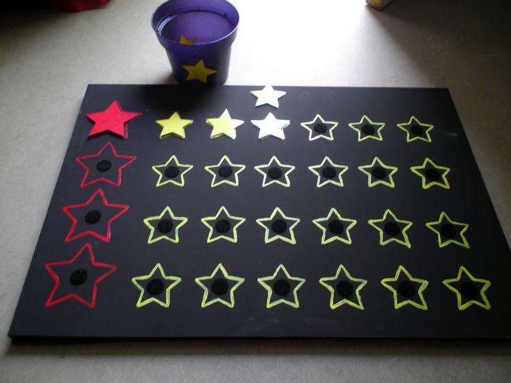 Adventkalender: rode ster = kaarsje aansteken. (hout)