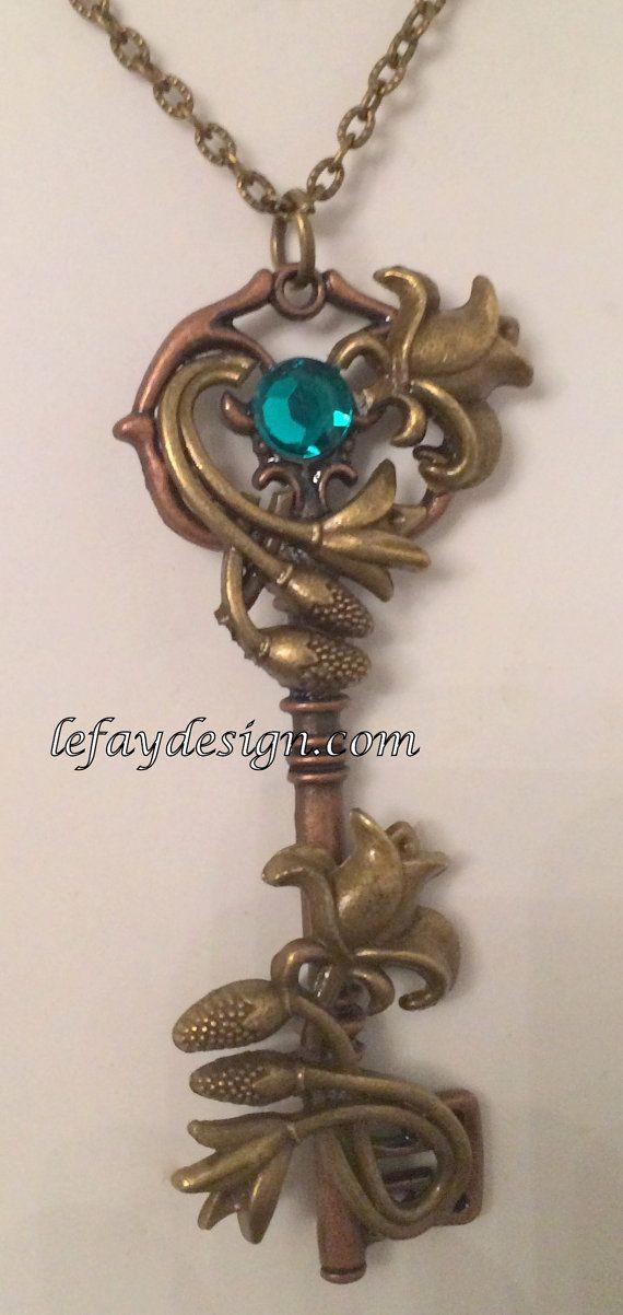 Flower Key, Blumen Schlüssel, verzierter Schlüssel,Skelett Schlüssel,Schlüssel mit Kette, Fantasy Schlüssel,Schmuck Anhänger  Süßer, verspielter Schlüssel verziert mit Blumen . Nr 1 ist mit einem rosa Schmuckstein und Nr.3 mit einem türkisfarbenen Schmuckstein. Nr.2 ist zusätzlich mit einem Schmetterling verziert.  Wähle aus, welcher Dir am besten gefällt.  Kettenlänge: ca.45 cm Größe: 8 cmx3,5 cm  Das Angebot gilt für 1 Schlüssel