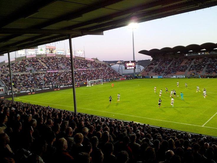 @Angers Cette enceinte fut inaugurée en 1912 sous le nom de stade Bessonneau par son créateur Julien Bessonneau. Il est rénové en 1925. Devenu stade municipal en 1957, il est à nouveau rénové et la piste d'athlétisme ceinturant jusque-là le terrain est détruite et la tribune Saint-Léonard est alors construite. Dès lors, le stade est rebaptisé Jean Bouin et peut alors accueillir plus de 21.000 spectateurs #9ine