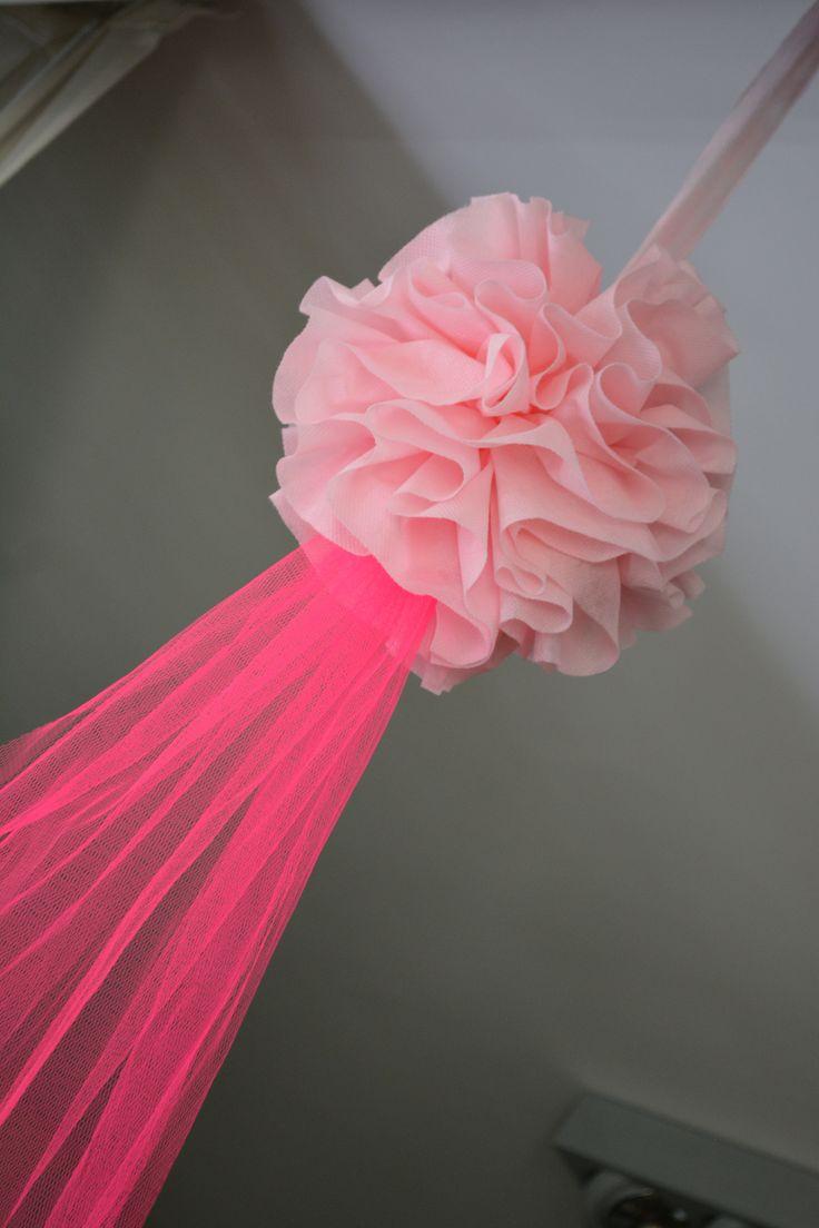 Pompones de tela con tul decoraci n de salon pinterest - Como hacer pompones ...