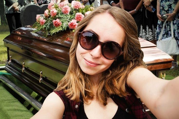 In het tijdperk van mobieltjes en Social Media ontkom je er bijna niet aan: mensen die graag een foto willen maken van de kist, of nog erger: een selfie met de overledene! Begrafenisondernemers