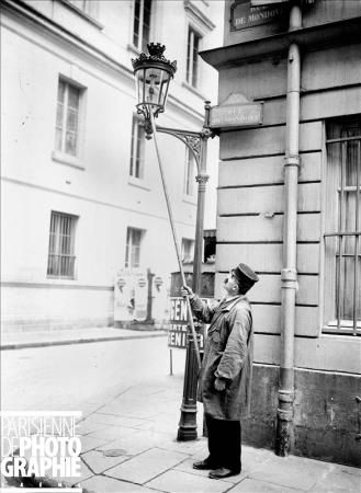 Maurice-Louis Branger (Fontainebleau 1874 - Mantes la Jolie 1950): Allumeur de réverbères. Paris, 1905