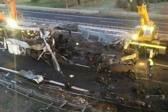 Un incidente pauroso ha causato la morte di sedici persone che viaggiavano a bordo di un pullman ungherese che poco prima della mezzanott...