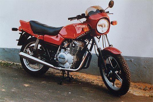 Moto Sanglas moteur Yamaha bicylindre, moteur bicylindre quatre temps , démarreur électrique et kick, cadre double berceau, frein arriere simple disque et double disque à l' avant, Moto Sanglas, Barcelone, Catalogne, Espagne, Europe