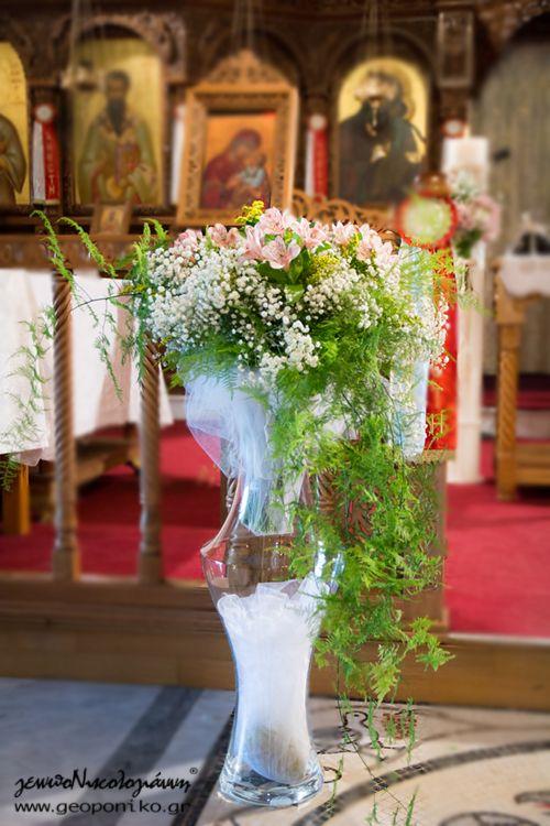 επιδαπέδιο βάζο (κρύσταλλο βοημίας) με άνθη για τον στολισμό εσωτερικά της εκκλησίας