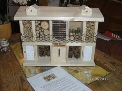 Der Insektenhotel-Bausatz ist fast fertig zusammengebaut. Bur noch ein paar Äste fehlen...