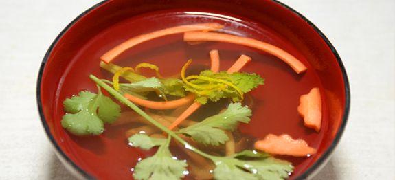 Diese feine klare Suppe ist in Japan nicht weg zudenken. Für die Zubereitung der O-SumashiBouillon braucht manFingerspitzengefühl.Diese Suppe muss zart sein im Geschmack,dabei aber nicht fade w…