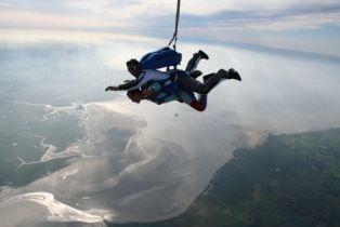 De la mi-mars à la mi-novembre, nous sommes sur différentes zones de sauts  #sautenparachute, #abeilleparachutisme, #sautenparachutenormandie, #sautparachute