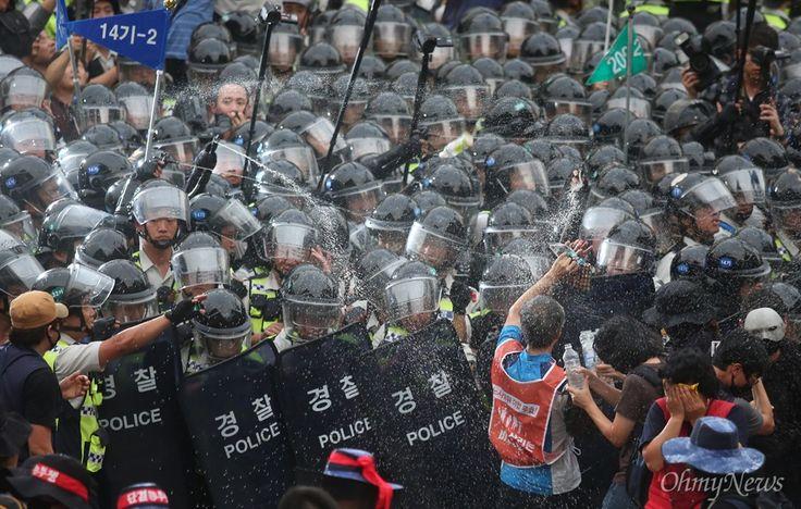 최루액 난사, 민주노총 집회 강제해산 - 오마이Photo