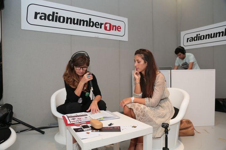 Beatrice De Tullio con Liliana Russo nello stand di Radio NumberOne ad Oltrevini 2014