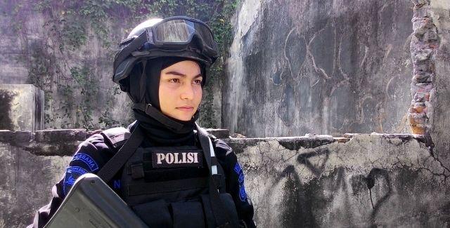 Ini Dia Bripda Nina, Polwan Cantik Berhijab Anggota Pasukan ...