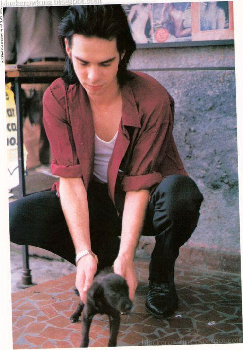 Não sei o que é melhor nessa foto: o Nick Cave no auge de seus 30 e poucos anos, o filhotinho ou o fato de essa foto ter sido tirada na época em que ele morou em São Paulo. Esse piso de caquinhos vermelhos não deixa dúvidas.