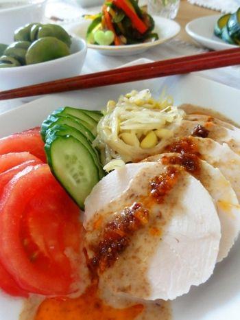 手作り鶏ハムのレシピ大集合♪ ヘルシー・無添加・経済的に作っちゃ ... シンプルな鶏ハムにかけられているソースは、ゴマだれ&食べるラー油
