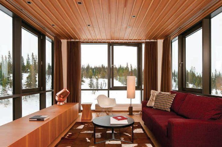 EL INTERIORISMO del Copperhill Mountain Lodge crea una atmósfera cómoda y relajada: las texturas del sofá, el tapete y la madera hacen cálido un interior que mira al exterior.