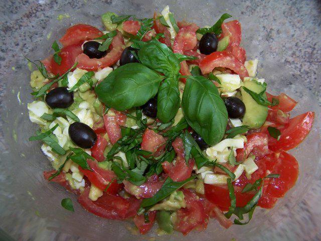 Das perfekte Salat mit Tomaten, Mozzarella und Avocado-Rezept mit einfacher Schritt-für-Schritt-Anleitung: Die Tomaten in Spalten schneiden, Mozzarella in…
