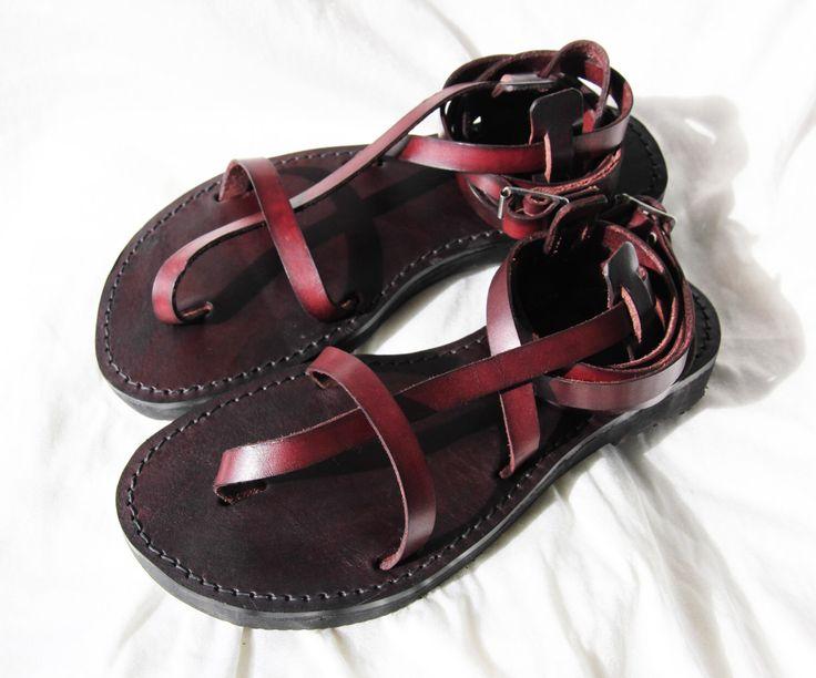 Personalizadas hechas a mano sandalias de cuero - tiras - griego - romano - planas - sandalias gladiador. Muchos colores. :) de DarkSideofNorway en Etsy https://www.etsy.com/mx/listing/224922772/personalizadas-hechas-a-mano-sandalias